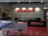 Tische auf Sportboden